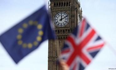 البريطانيون يخرجون ويضبطون ساعتهم على شمس جزيرتهم