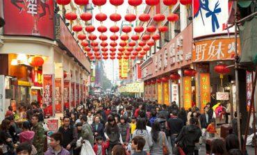 البيانات الصينية تخيف الأسهم، والدولار القوي يخفف المضاربة