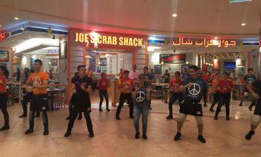 جو`ز كراب شاك يسوّق على طريقته في أبو ظبي