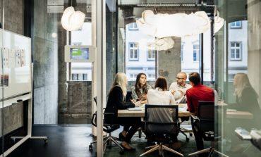 لا تعتقد أن تفاخرك في اجتماعات العمل سيقربك من رؤساءك