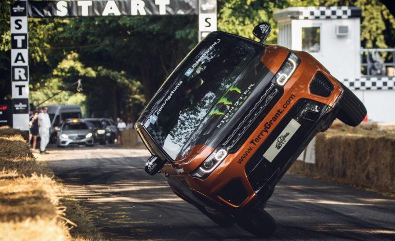 """""""لاندروڤر"""" وتيري جرانت يحطِّمان الرقم القياسي لأسرع سيارة على عجلتين"""