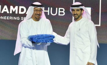 """ولي عهد دبي يسلم راية """"برنامج حمدان بن محمد للحكومة الذكية"""" إلى شرطة دبي"""