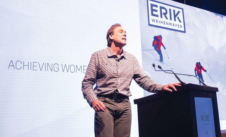 """إريك واينماير أول شخص ضرير في العالم يصل إلى قمة جبل إفرست تحدث عن معنى العيش """"بلا عوائق"""""""