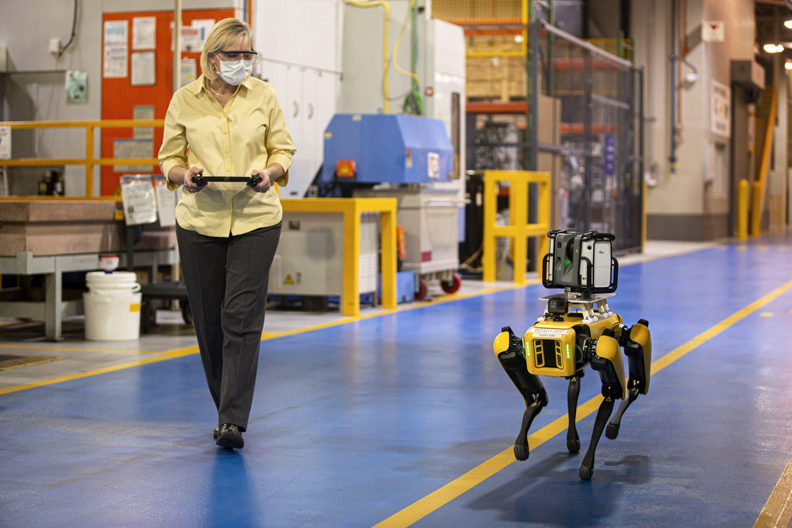 فورد تختبر استخدام روبوتات بأربعة أرجل لمراقبة المصانع وتوفير الوقت والمال  | مجلة رواد الأعمال