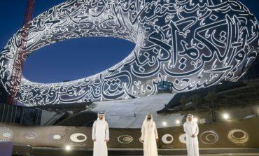 محمد بن راشد يشهد وضع القطعة الأخيرة لواجهة متحف المستقبل