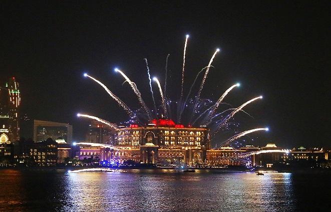 آلاف الاعلام والمصابيح وأضواء الليزر تزين  قصر الإمارات إحتفاءاً باليوم الوطني 49