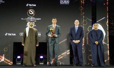 """منصور بن محمد يشهد مؤتمر دبي الرياضي الدولي ويتوّج الفائزين بجائزة """"دبي جلوب سوكر"""""""