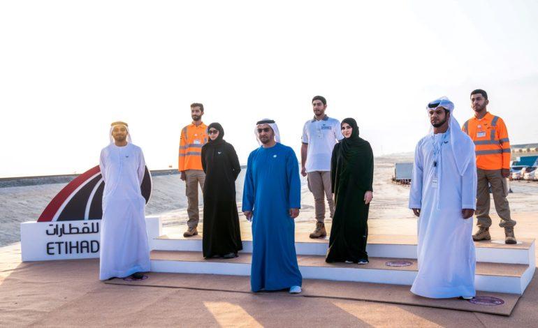 حمدان بن زايد يدشن أعمال مد قضبان السكك الحديدية للمرحلة الثانية من مشروع قطار الاتحاد