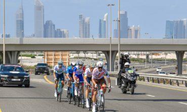 """محمد بن راشد يشهد جانبا من منافسات """"طواف الإمارات للدراجات الهوائية """" في نسخته الثالثة"""