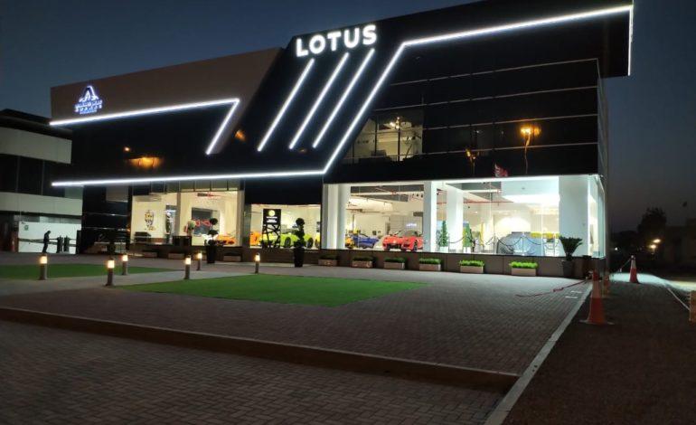 سيارة كهربائية بمقعدين تتصدر افتتاح لوتس دبي