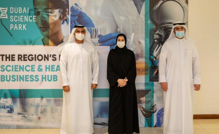 """سارة الأميري تبحث في """"مجمع دبي للعلوم"""" تحفيز الصناعات المبتكرة"""